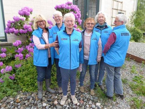 Leder og turformidler i Drammen Guideforening, Reidun Reinsve foran, med flere av foreningens guider.