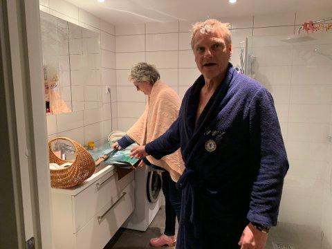 Kristin Horgen og Pål Larsen våknet med leiligheten full av kokende vann mandag morgen.