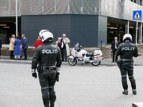 VÆPNET POLITI: For første gang passet væpnet politi på barnetoget i 2015. Disse var uniformerte og godt synlige. I tillegg gikk sivilie politifolk væpnet i barnetoget. Foto: ØYVIND SCHOU