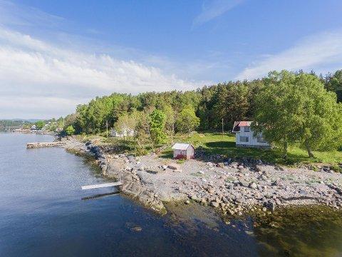 Eiendommen har 75 meter strandlinje og brygge.