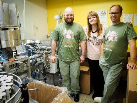 MASKINHAVARI: Tove Kvan Nilssen, flankert av ektemann Knut Nilssen og kollega Svein Olsen, ved siden av maskinen som produserer krydderet Gastromat. Arkivfoto: Anniken Aronsen