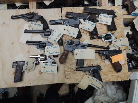 VÅPENBESLAG: Dette er noe av beslaget politiet gjorde under «Operasjon Bonanza». Til sammen ble det tatt beslag i nærmere 2.000 våpen. Mannen ble tatt med 27 våpen. Våpnene på bildene kan ikke nødvendigvis knyttes til vedkommende.