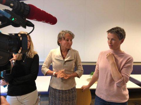 Vibeke Aarnes i Bane Nor (t.v.) og FAU-leder Sigrid Moldestad ved Ruseløkka skole.