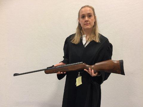 Politiadvokat Tone Venedokken Temtemoen viser fram luftgeværet de mener det ble skutt med.