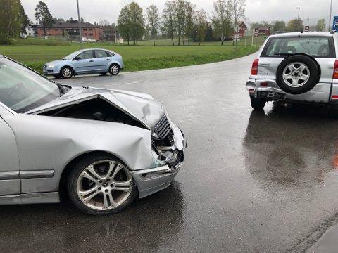 PÅKJØRSEL BAKFRA: Den bakerste bilen fikk store skader i fronten i ulykken.