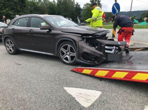 Den ene involverte bilen fikk store skader i front.