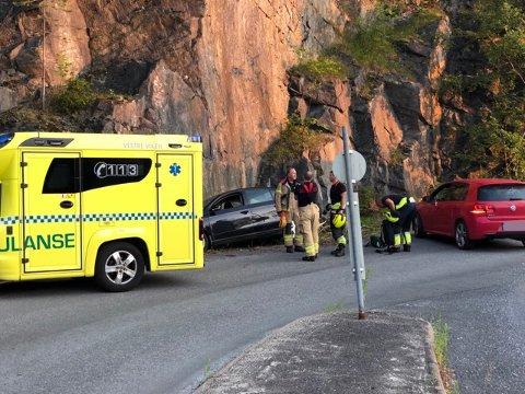 KJØRTE I FJELLVEGG: En bil kjørte i fjellveggen i Blomsterlia, fredag kveld.