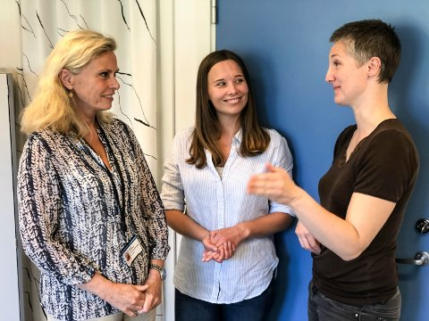 TAKKNEMLIG: Administrerende direktør Lisbeth Sommervoll takker masterstudentene Heidi Solum Hermansen og Ingri Tollefsen Seip for at de avdekket svakheter i smittevernrutiner, som igjen har ført til konkrete tiltak.