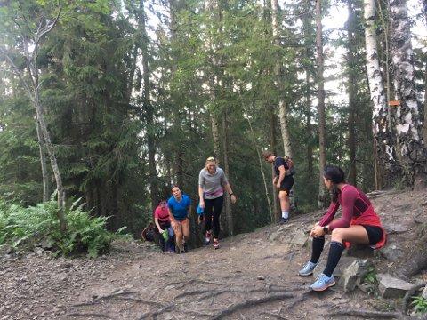 ENDELIG TIL TOPPS: Her kommer gjengen fra Gården Bootcamp til toppen av beinharde Pukerudlinna.