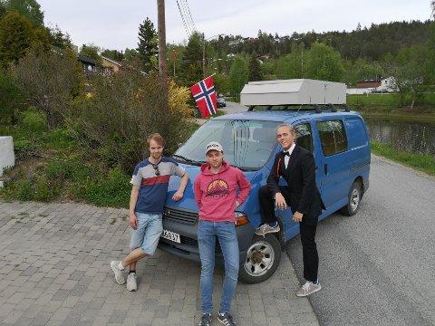 HJEMMESNEKRET BIL: På taket av bilen har guttene en hjemmesnekret takboks med solscellepanel.