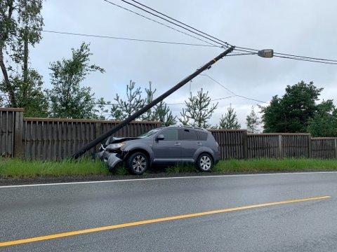 Ingen personer kom til skade da en bil kjørte av veien og inn i en stolpe på Tranby søndag morgen.