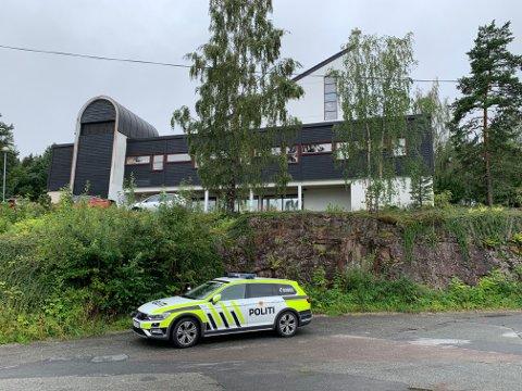 Politiet er på plass utenfor Fjell kirke søndag morgen for å vokte feiringen av id.