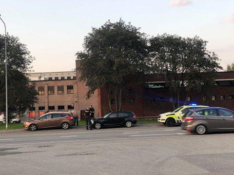 SAMMENSTØT: Uykken skjedde mellom de to bensinstasjonene på Rundtom. Politiet forlot stedet cirka klokka 20.30.