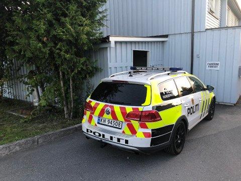 ÅSTED: Politiet i nærheten av åstedet stedet etter å ha mottatt melding om knivstikking på Steinberg. Nå er saken henlagt.