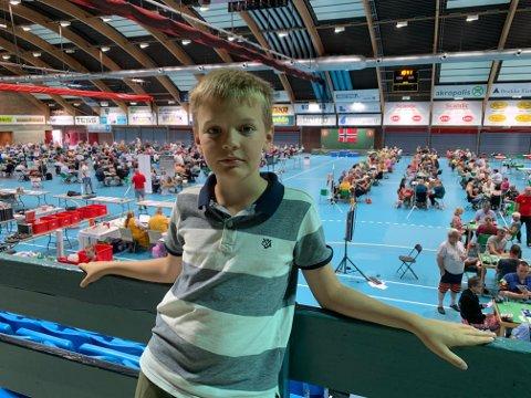 BRIGDE: Jonas Brekke er bare elleve år, likevel er han er stor brigde-entusiast.