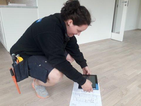 EN KJØNNSBLANDING: Oda Marie Holmen (29) er lærling for å bli rørlegger. Hun synes det er bra for arbeidsmiljøet hvis flere bedrifter får en blanding av gutter og jenter.
