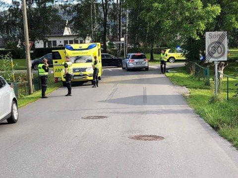 PÅKJØRT I GANGFELT: Nødetatene rykket ut etter å ha fått melding om at to personer var påkjørt i et gangfelt.  De sivile bilene på bildet har ikke noe med saken å gjøre.