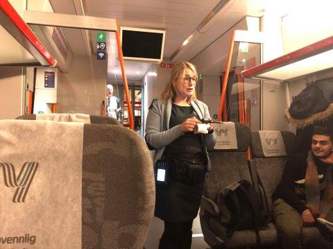 STOPP: – Jeg skjønner frustrasjonen til våre passasjerer, sa konduktør Hege Aasen til Drammens Tidendes reporter da toget sto fast inne i tunnelen uten strøm.
