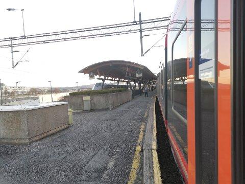 FULL STANS: Det er full stans i togtrafikken i Drammen mandag ettermiddag.