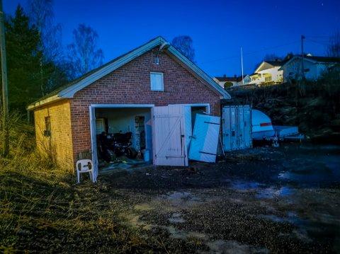 BREKK: Slik så garasjen ut etter brekket. En ATV og en Toyota Hiace ble begge stjålet. En annen ATV ble stående igjen.
