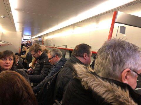 Også ut fra Oslo retning Drammen er det problemer, med stappfulle tog mandag morgen.