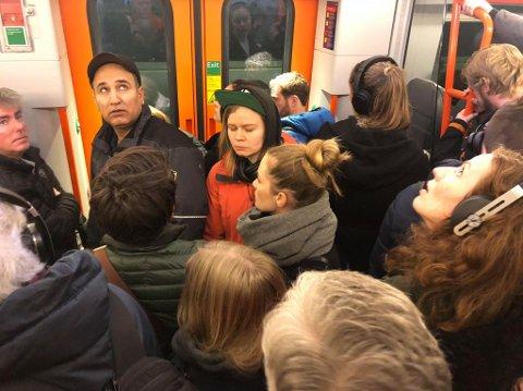 Ovefylte tog mellom Oslo og Drammen mandag morgen.