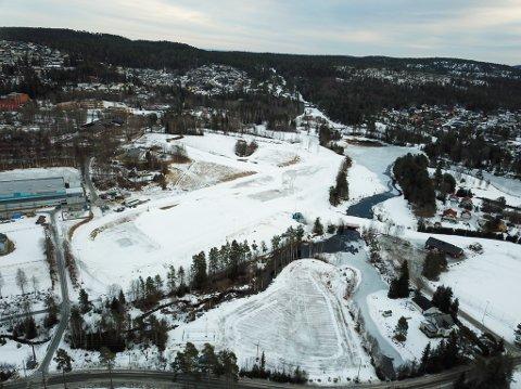 LITE SNØ: Slik ser det ut ved Konnerud skistadion torsdag formiddag. Om tre uker skal det arrangeres NM her.