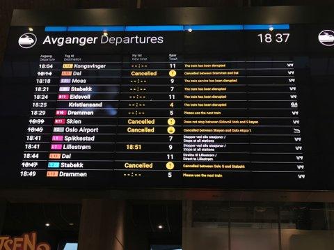 Avgangstavla på Oslo S klokka 18.37 torsdag kveld.