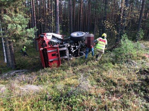 ULYKKE: Traktoren kjørte av veien og rullet flere ganger rundt i grøfta.