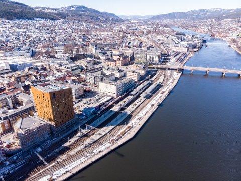 Pendlerparkeringen ved stasjonen ble flyttet til Nybyen da det ble bygget hotell og kontorer. På sikt vil Bane NOR fjerne også disse parkeringsplassene.