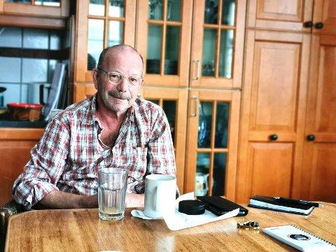 Jonas Fjeld gleder seg over å bli innlemmet i Rockheims Hall of fame. Her sitter han hjemme ved kjøkkenbordet på Konnerud før avreise til New York høsten 2019.