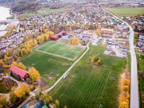 Det er på dette området den nye ungdomsskolen skal plasseres. Politikerne i formannskapet vil bygge skolen ved siden av dagens barneskole.
