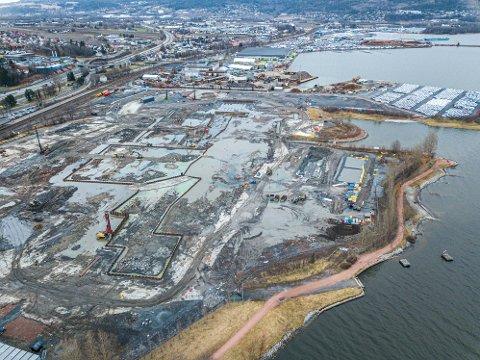 Arbeidet på den nye sykehustomta på Brakerøya er godt i gang. Men tomteprisen er fortsatt i det blå. Hva eventuelle konsekvenser det vil bli om prisen havner i milliardklassen er det ingen som vil svare på.