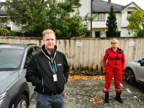 Frederic Lindelien (t.v.) er klinikktillitsvalgt for Delta, mens Malene Velstadbråten er plasstillitsvalgt for Fagforbundet. De kjemper nå for å få tilbake parkeringsplasser fra administrasjonen.