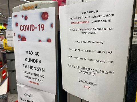 SKOLEELEVER IKKE VELKOMMEN: For å unngå store klynger med folk inne i butikken, har enkelte Coop-butikker satt opp plakater som viser at elever ikke får komme inn i skoletiden.  Foto: Nina Lorvik (Mediehuset Nettavisen)