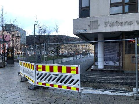 I GANG: Skanska jobber med å transformere Tollbugata 2 til et moderne kontorbygg. Onsdag så det slik ut utenfor det gamle bygget til Statens vegvesen på Strømsø torg.