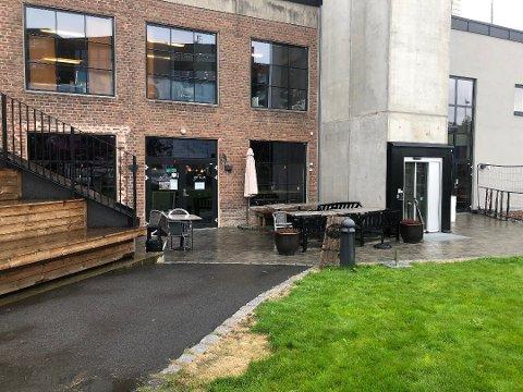 Slik så det ut utenfor Cafe Grua før byggingen av kontorkomplekset Portalen. Nå stenger pizzeriaen på ubestemt tid.
