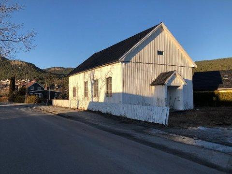 SOLGTE GAMMELT BEDEHUS: I januar solgte Drammen Hindu Kultursenter det gamle bedehuset i Solbergelva etter å ha eid det i ni år. Nå er Eivinn Helgeland den nye eieren.