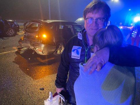 FIKK TRØST: Jon Dahl er bare glad han fikk døtrene Caroline (bildet) og Christine helskinnet hjem etter den voldsomme ulykken på E 18 Lierskogen. Søstrene var i bilen i bakgrunnen.