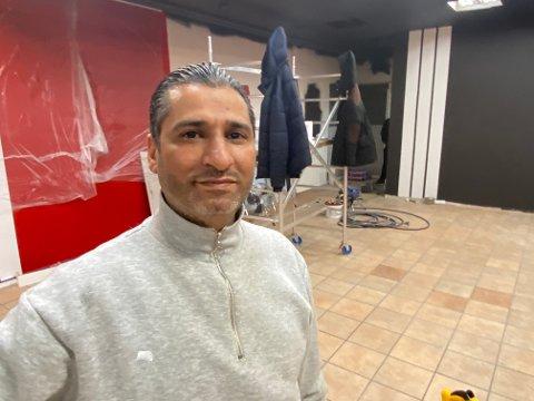 GLEDER SEG: Mamoun Aloukla blir kjøkkensjef i det nye gatekjøkkenet i Globusgården. Nå er han med på å pusse opp lokalene.