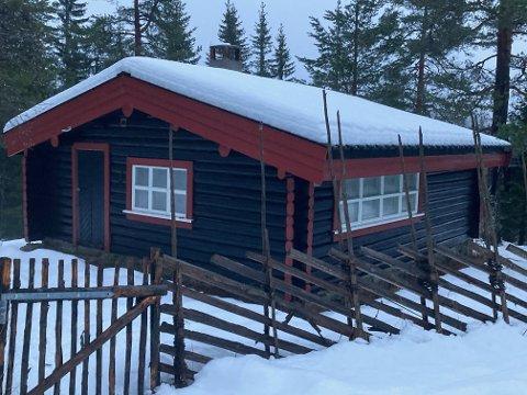 SELGER VELKJENT HYTTE: Den over 80 år gamle hytta på Tverken skal legges ut for salg.