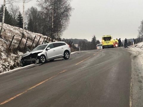 Den ene bilen fikk store skader i fronten i kollisjonen.