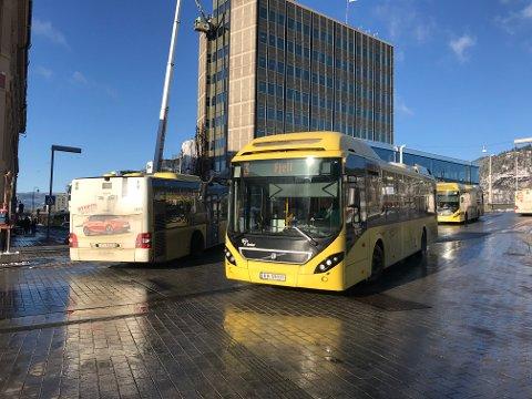 Her ser du at bussene må kjøre på venstre side for å komme seg forbi bussen.