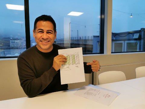 Edilberto Maldonado hos En verden av tjenester er overlykkelig over å ha fått tak i Høibakks vaffeloppskrift. Her avbildet med hånden behørig plassert over oppskriftens detaljer.