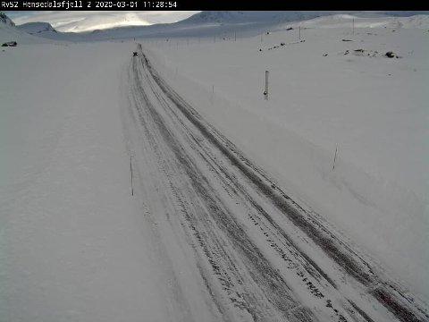 På riksvei 52 over Hemsedalsfjellet er det søndag snø- og isdekke.