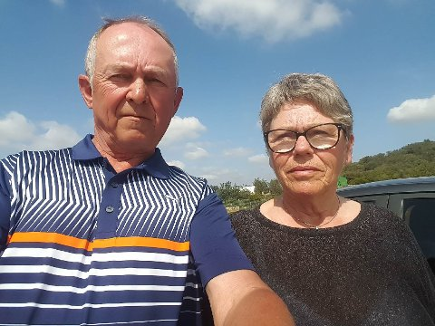 PÅ GOLFTUR: Samboerparet Terje Edvardsen og Randi Flåten har booket om flybilettene fra Portugal til Norge for å komme seg hjem i karantene.