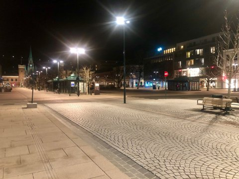 FOLKETOMT: Natt til lørdag, klokka 24, var det folketomt på Bragernes torg.