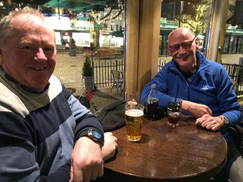 KAMERATER: – Hvor er folka? spør kameratene  Runar Sørensen (t.v.) og Carl Aage Motzfeldt. De hadde håpet på stemning i byen etter skisprinten, men måtte konstatere  at det var stille som en vanlig onsdag.
