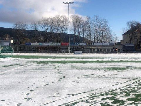 SKAL UTBEDRES: Den gamle tribunen midt i bildet må byttes ut. I løpet av vårsesongen skal en tribune med 300 seter stå klar på Åssiden stadion.