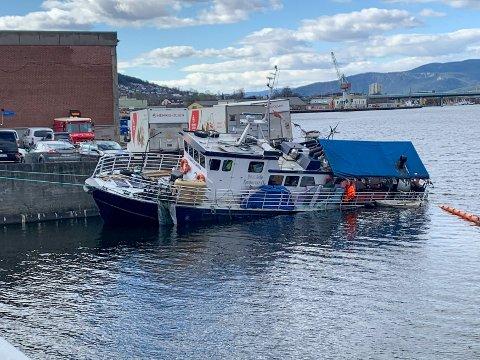 PROBLEMER:  Det kommer til å bli dyrt å få fjernet Kaholmen fra kommunens kai, ifølge Drammen Eiendom. Nå tar de høyde for at de må fjerne båten selv, men regningen sender de til mannen som sier han eier båten.
